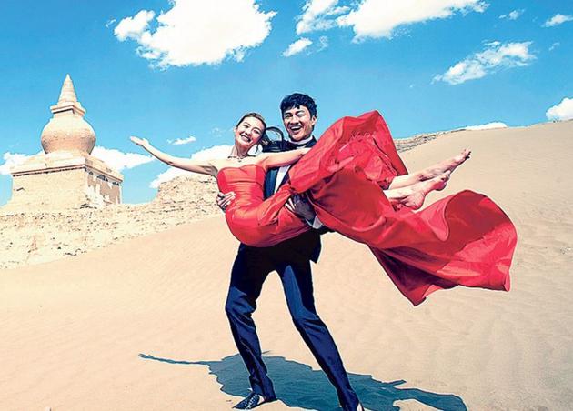 何润东与Peggy选择到内蒙古拍婚照,原因是认为困境中产生的浪漫最难忘。