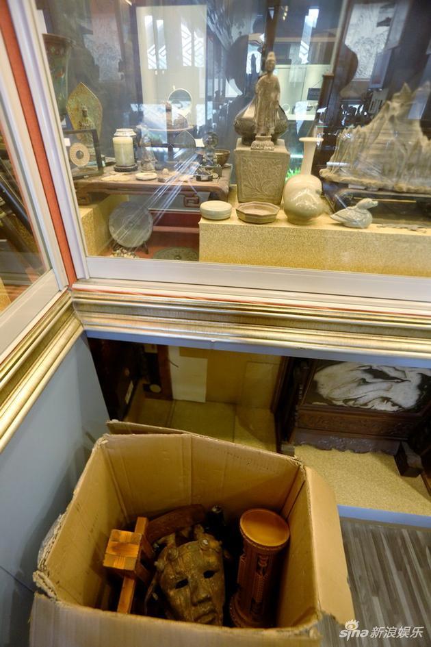 其实这家古玩店,并不出售《盗墓笔记》的衍生产品,而是做真古玩买卖。