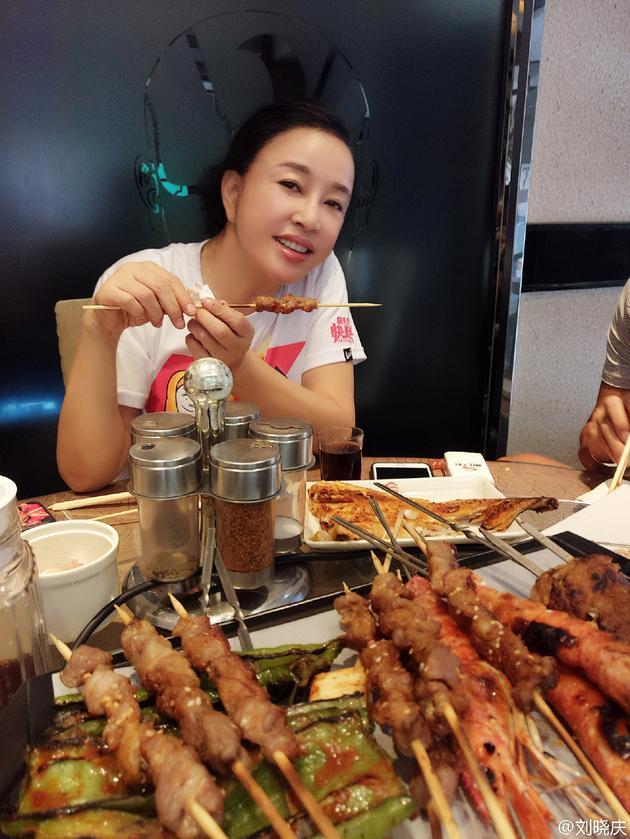 刘晓庆吃烤串