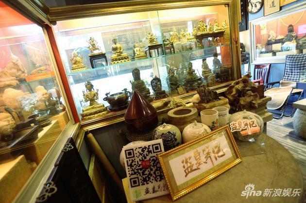 这是实体店的内景,桌上摆着《盗墓笔记》的logo和商城二维码。但道具在哪儿呢?