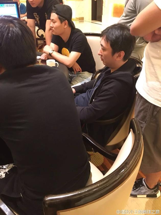王思聪现身澳门赌场 穿着低调表情认真 不是之前说不赌钱的么?