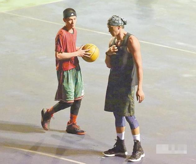 萧敬腾与何润东打篮球