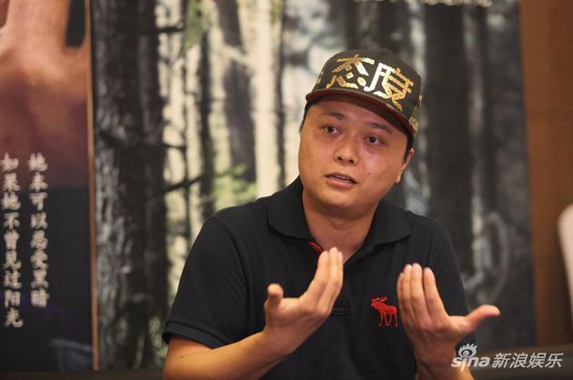 新浪娱乐讯 8月19日,征战多个国际电影节的文艺电影《喊山》在上海举行映后见面会,导演杨子出席了活动。杨子接受媒体采访时表示,最开始为影片定基调的时候,就希望可以脱离或者打破农村题材固有的气氛和视觉造型,以中西混合的创作班底,交出一部混血文化融合的作品,并在原著作者认可下,赋予故事二度创作,增添不一样的神秘感和气质。   影片呈现混血文化气质 原著认可的二度创作   该片剧本改编自葛水平曾获鲁迅文学奖的同名中篇小说。谈到与原著的区别,导演杨子表示,原著是不到三万字的小说,作者写作风格极其精简,这样的