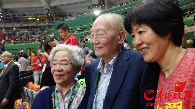 郎平特地赶上看台向中国奥运之父 国际排联终身名誉主席魏纪中夫妇致意,并共唱国歌。记者赵亮晨摄