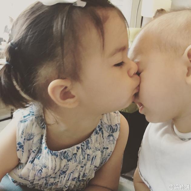 梁咏琪张梓琳同框晒娃 二娃有爱贴面亲吻