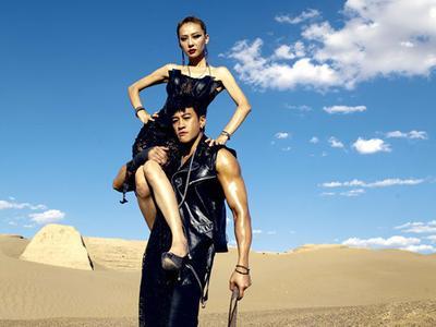何润东沙地大秀发达肌肉 美艳娇妻扛肩头