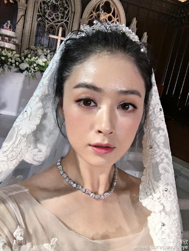 蒋欣片场穿婚纱