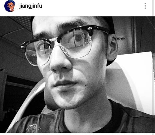土味照片自拍_新浪娱乐讯 8月25日,90后人气小生蒋劲夫在个人社交网站上传自拍,照片