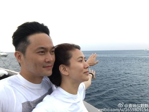 袁咏仪和张智霖摆泰坦尼克经典pose