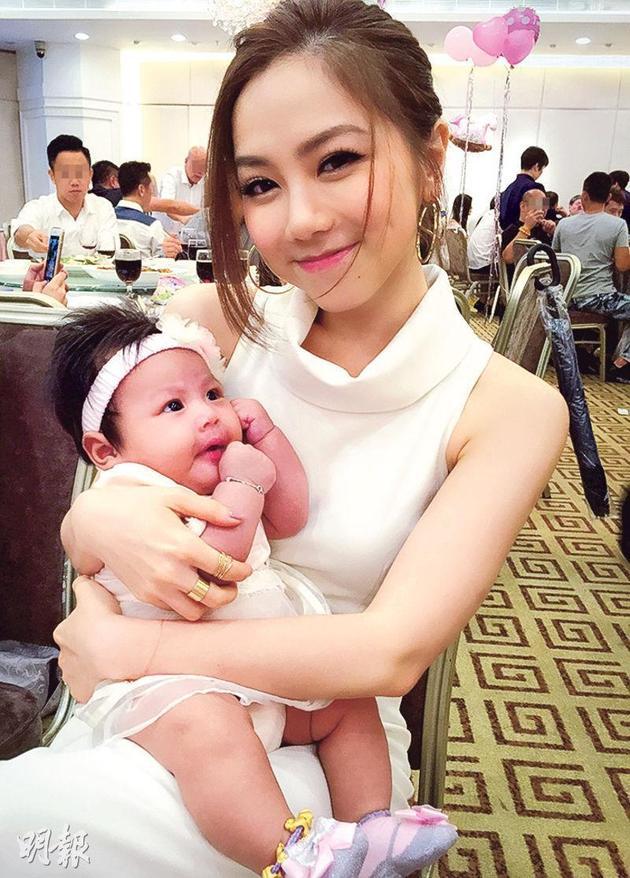 邓紫棋对干女儿晞晞爱不释手。