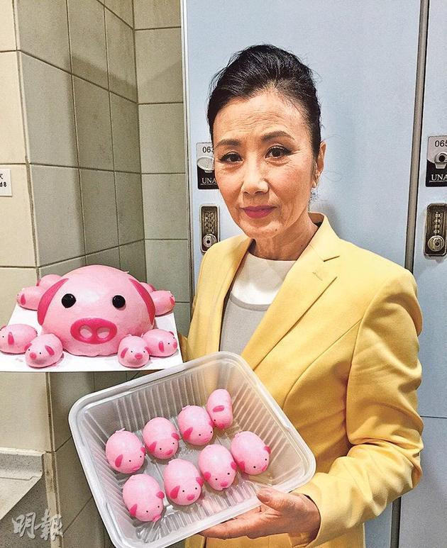 汪明荃生肖属猪,收到猪猪生日蛋糕,喜上眉梢。