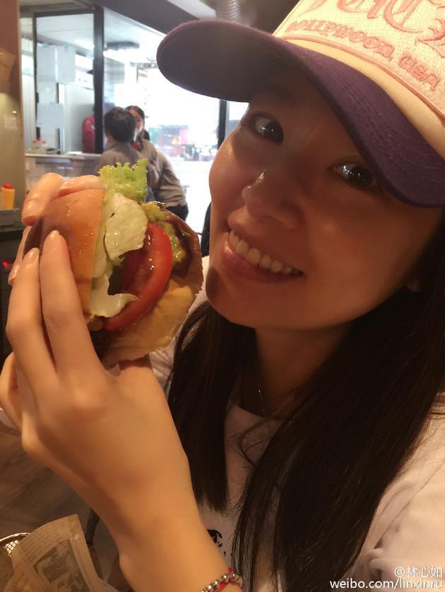 林心如吃汉堡
