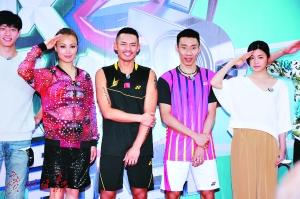 林丹(左三)、李宗伟(左四)曾齐齐参加《报告教练》