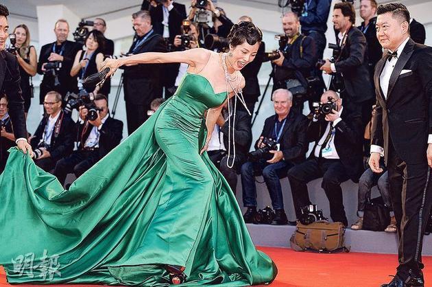 内地女星景珂在红地毯上跌倒的画面被在场摄影师完全捕捉下来,景珂表情丰富