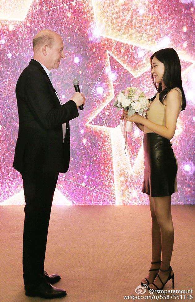 派拉蒙全球副董事长求婚周玲安