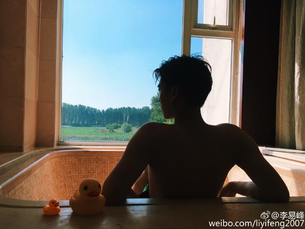 李易峰晒浴照