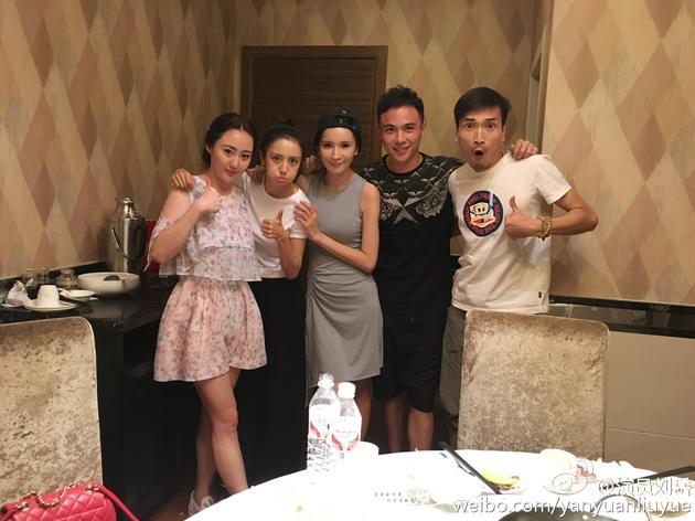刘岳(右二)与佟丽娅为同班同学