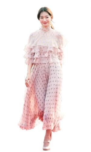 申敏儿身穿粉色连身裙优雅亮相