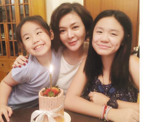 之琳与钟镇涛的两个女儿钟懿和钟帼拍合照-关之琳提前庆祝51岁生日