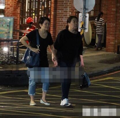 李荣浩的母亲和杨丞琳的母亲牵着手现身台湾