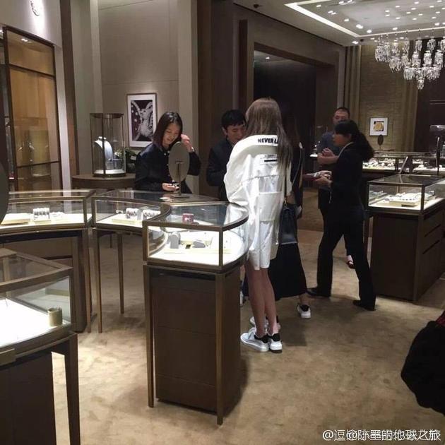 王思聪带美女逛珠宝店