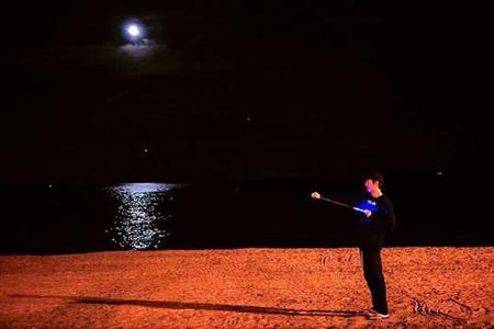 夜光下漫步海滩