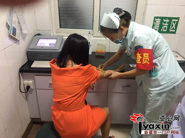 女子被带至医院进行了抽血检验