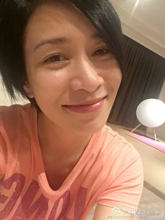 """""""   照片中的佘诗曼[微博]穿着睡衣素颜出镜,黑色短发尽显俏皮,一脸幸"""