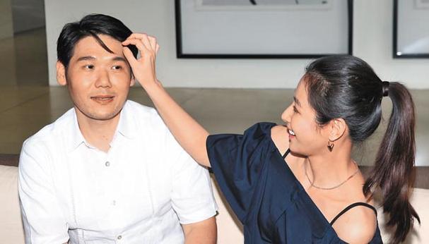 陈怡蓉(右)昨贴心帮薛博仁整理头髮,但他最怕被拍出双下巴