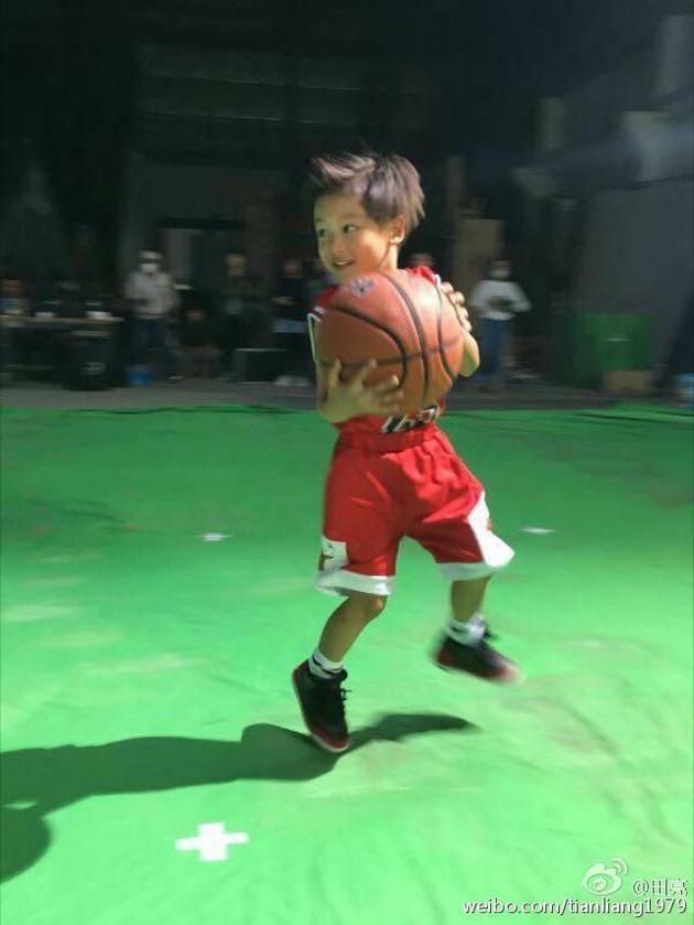 抱着篮球十分开心
