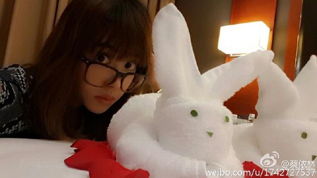 蔡依林遇超萌兔子巾! 戴眼镜减龄似少女