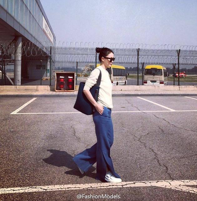 王菲简约打扮启程赴时装周