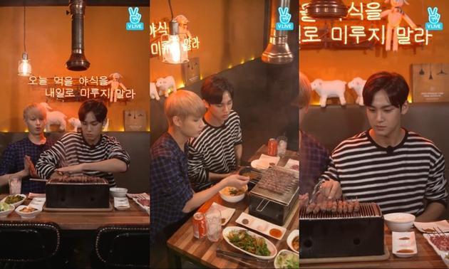 SEVENTEEN的珉奎(右)和中国成员JUN开直播大吃羊肉串