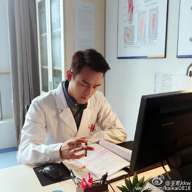 王凯在《欢乐颂》系列饰演赵医生