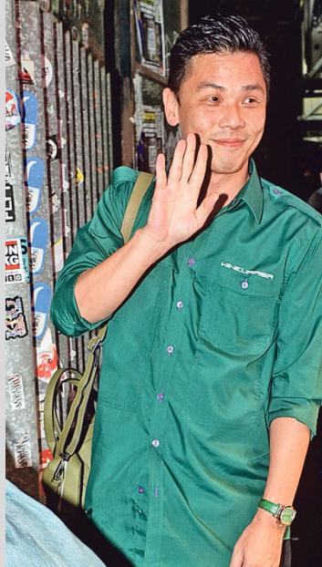 陆汉洋虽然没有响应与苟芸慧的问题,但笑容满面又向传媒挥手,心情很好