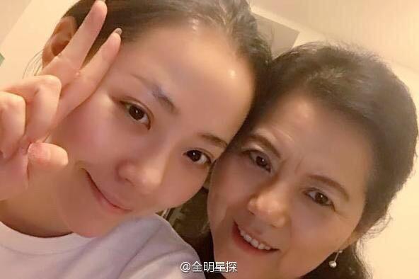 张靓颖与母亲