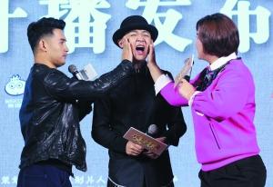 贾玲(右)、文松(左)与包贝尔(中)在发布会重现剧中包贝尔挨打的情节