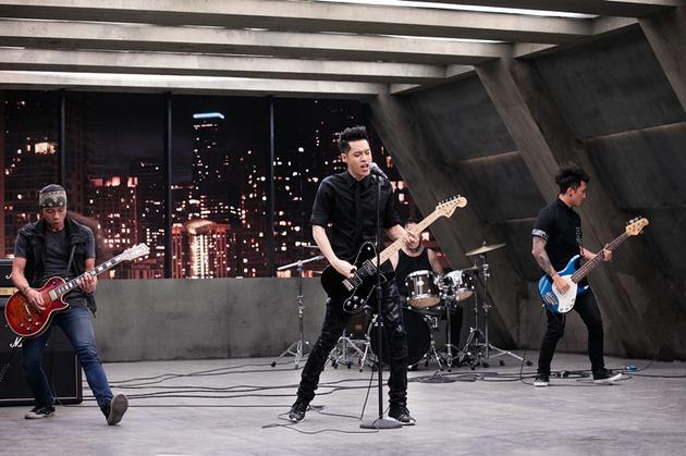 周汤豪《帅到分手》MV化身摇滚歌手