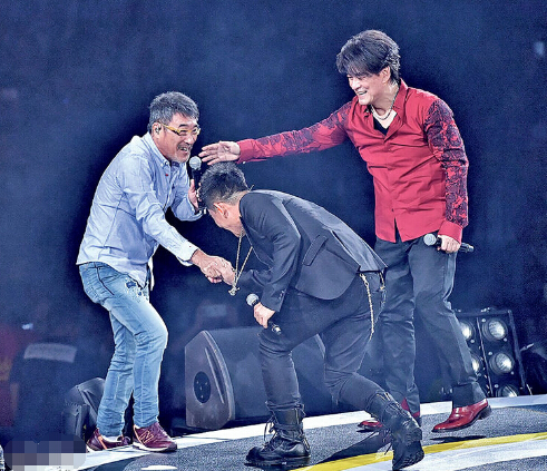 李宗盛(左)与任贤齐(中)任周华健(右)演出高朋,3人合唱《最近较量烦》