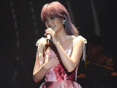 杨丞琳演唱会风格百变 粉色长裙似公主