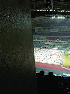 因座位贴近墙根,左侧视野被遮挡,完全看不到舞台。