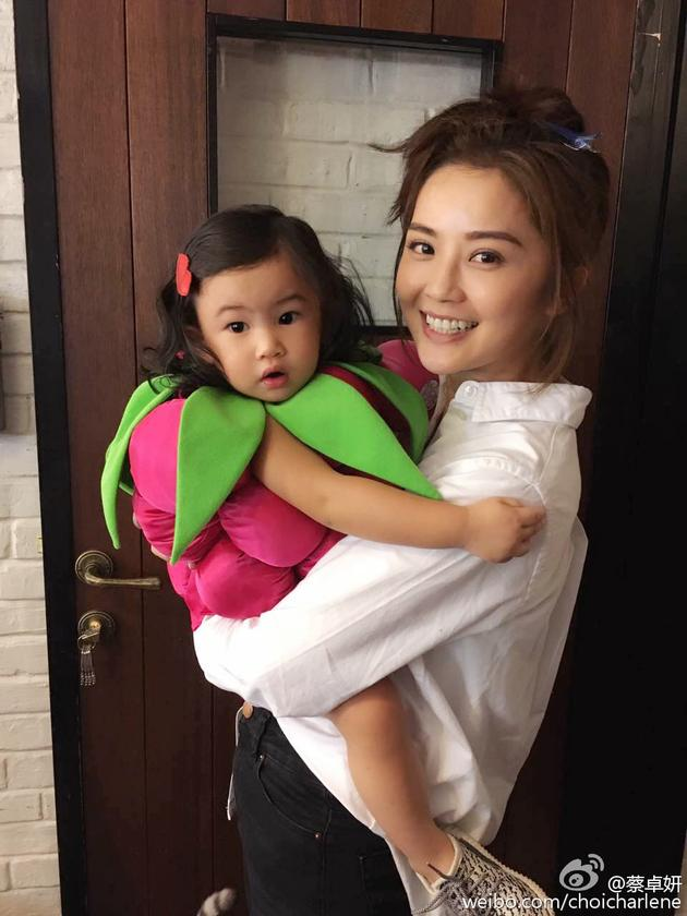 照片里阿sa抱着郑希怡的女儿,小姑娘胖嘟嘟得十分可爱.