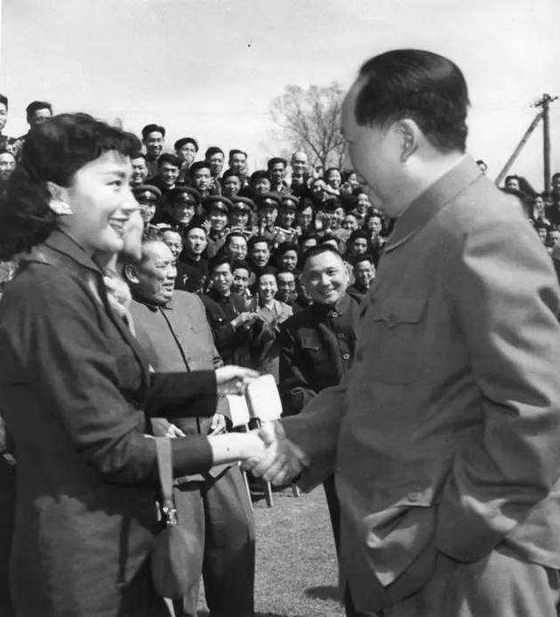 毛泽东接见夏梦,邓小平在场