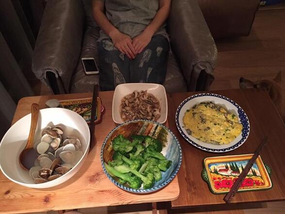 Ella挺三月肚煮晚餐