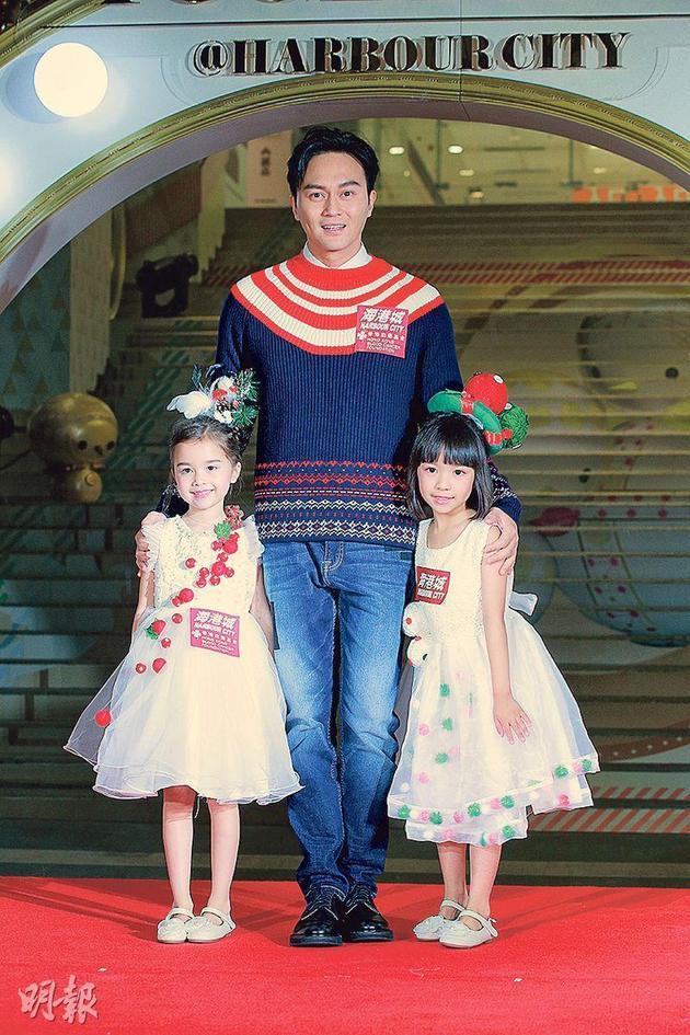 张智霖获安排由两位小妹妹陪同现身,被司仪取笑他想生双胞胎女儿。