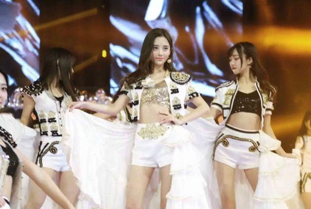 SNH48双11演唱《公主披风》 热裤秀美腿