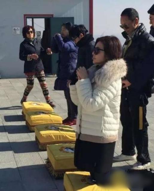 54岁关之琳现身寺庙 素颜跪拜很虔诚(图)