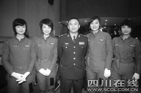 2010年2月的央视春晚,央视春晚彩排后台,余旭等四个川妹子,和尚敬导演合影