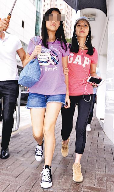 吕丽君与女儿刘秀盈穿着T恤背手提包,就像两姐妹一样