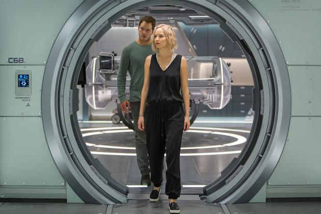 "Jim和Aurora在""阿隆瓦号""飞船内排查故障"